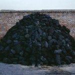 El artista Liu Bolin camuflado con carbon - Directorio de Noticias de totenart