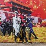 El artista Liu Bolin camuflado con un cartel de propaganda del regimen- Directorio de Noticias de totenart
