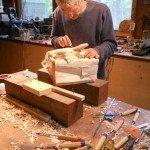 Artista trabajando en escultura caja con dinero Randall Rosenthal - Noticias totenart