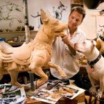 Tim Racer trabajando en sus esculturas de madera