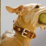Perro con pelota de tennis, escultura en madera de Tim Racer
