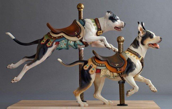 Perros corriendo, esculturas en madera de Tim Racer