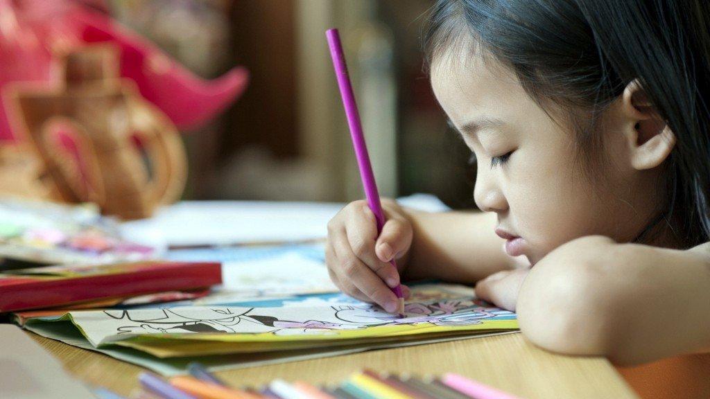niña dibujando