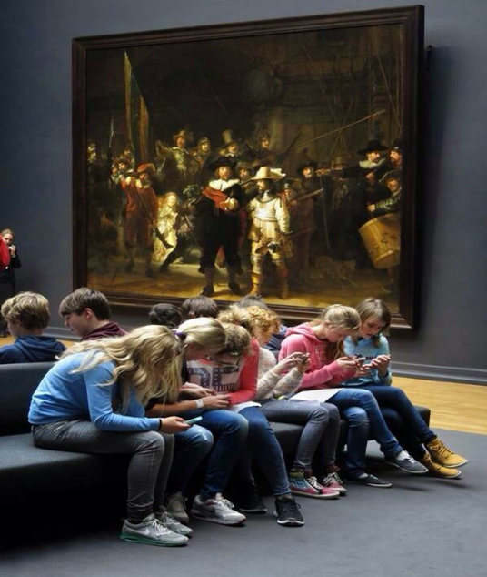 alumnos-con-móvil-en-museo-noticias-totenart
